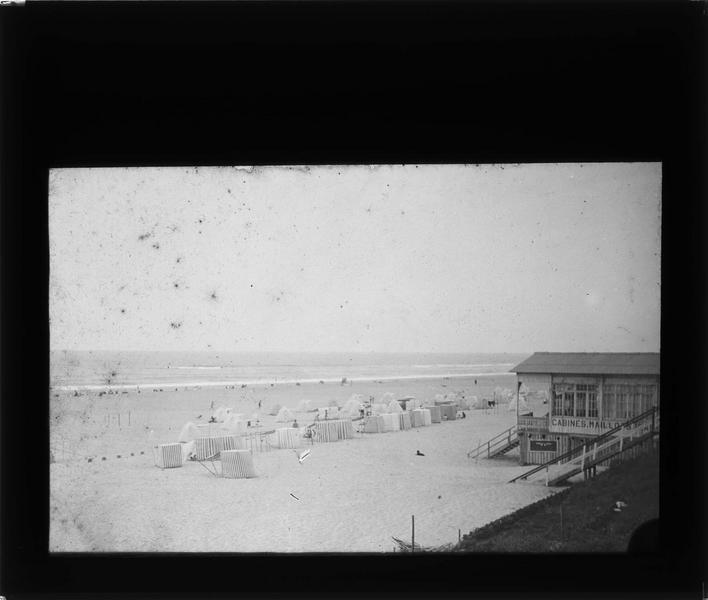 Cabines sur plage animée