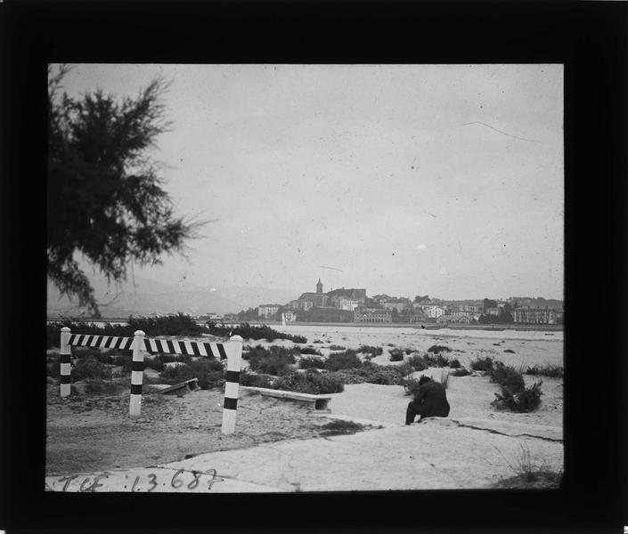 Port à marée basse et Fontarrabie en arrière-plan