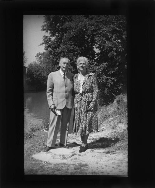 Portrait d'une femme (Eugénie) et d'un homme au bord de l'Aisne
