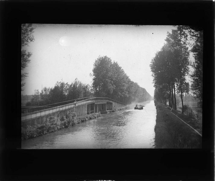 L'Aisne avec péniche et passerelle