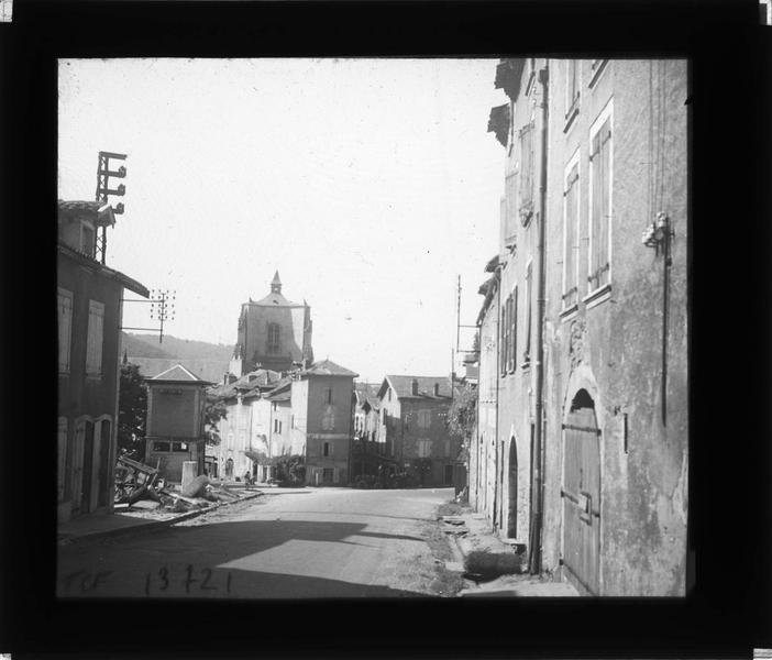 Façades sur rue et clocher de l'église Notre-Dame en arrière-plan