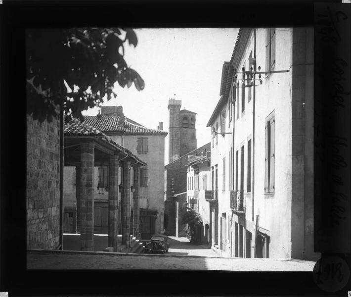 Colonnade depuis une rue et clocher de l'église Saint-Michel en arrière-plan