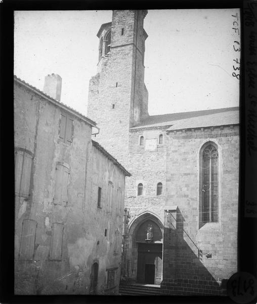 Portail sud et clocher, vue partielle