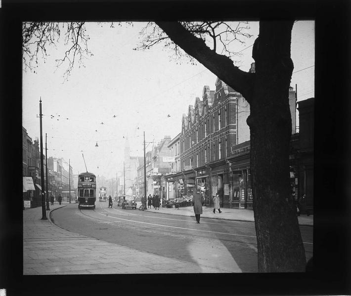 Façades sur rue animée et tramway