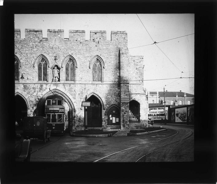 Porte avec tramway passant sous l'arche centrale, côté sud