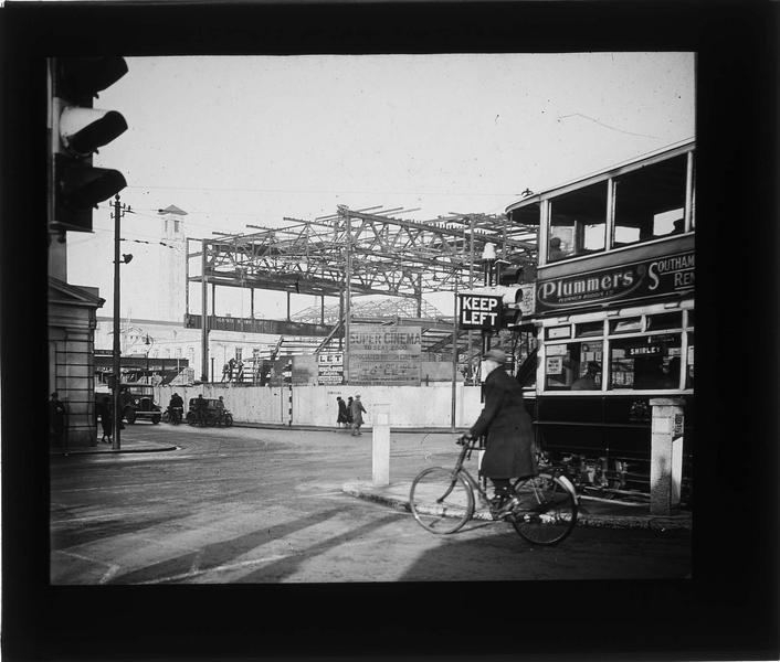 Cinéma en construction sur rue animée et tour du Civic Centre en arrière-plan