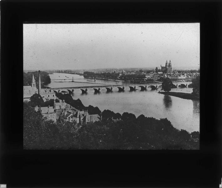 Vue en plongée du pont sur la Loire et ville en arrière-plan