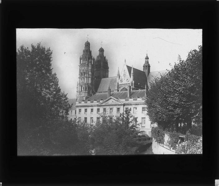 Façade sud et cathédrale Saint-Gatien en arrière-plan