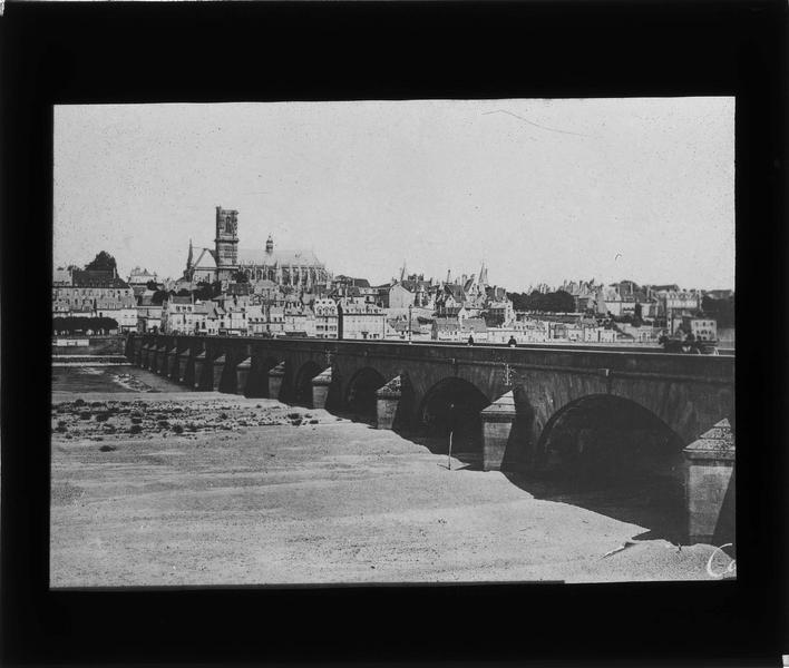 Pont depuis les bords de la Loire et ville en arrière-plan