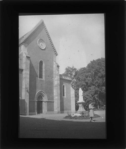 Musée de sainte Bernadette, façade sur cour et statue de Bernadette Soubirous