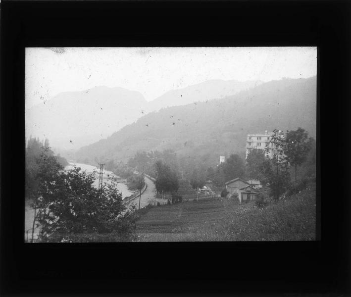 Jardin dans une vallée montagneuse et fleuve en contrebas