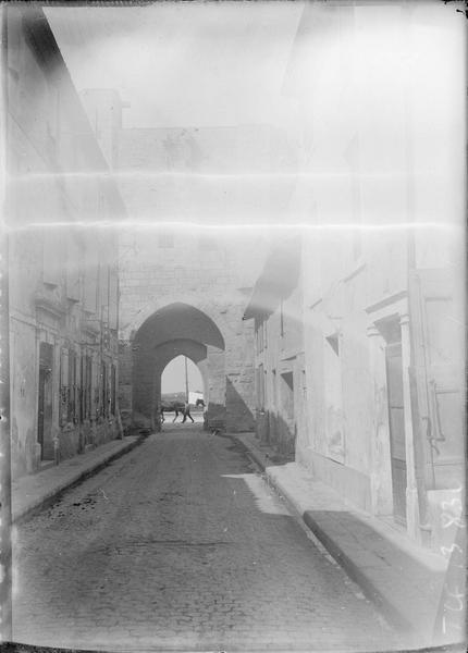 Façades sur rue et porte fortifiée