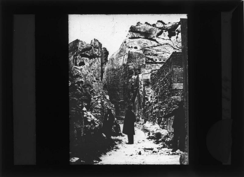 Sentier percé dans la roche et trois personnes