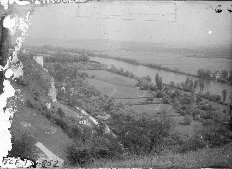 Vue en plongée sur la vallée de la Seine depuis les falaises