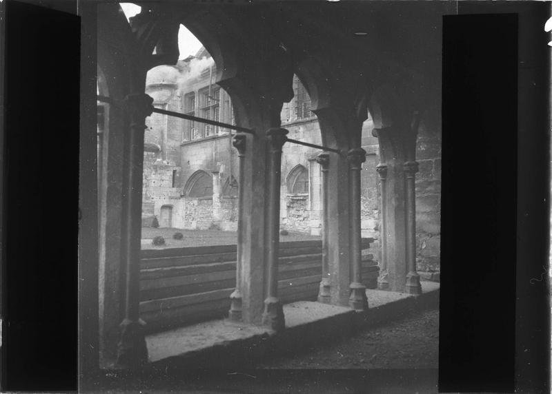 Intérieur, galerie des évêques