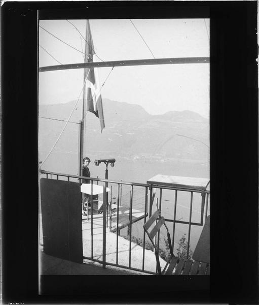 Poste d'observation dominant le lac du Bourget et femme près d'une longue vue