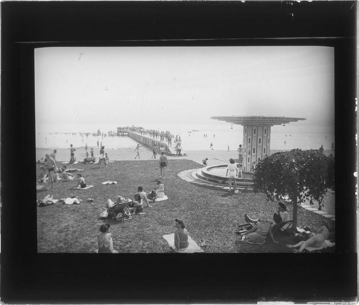 Plage avec douche et lac du Bourget, vue animée