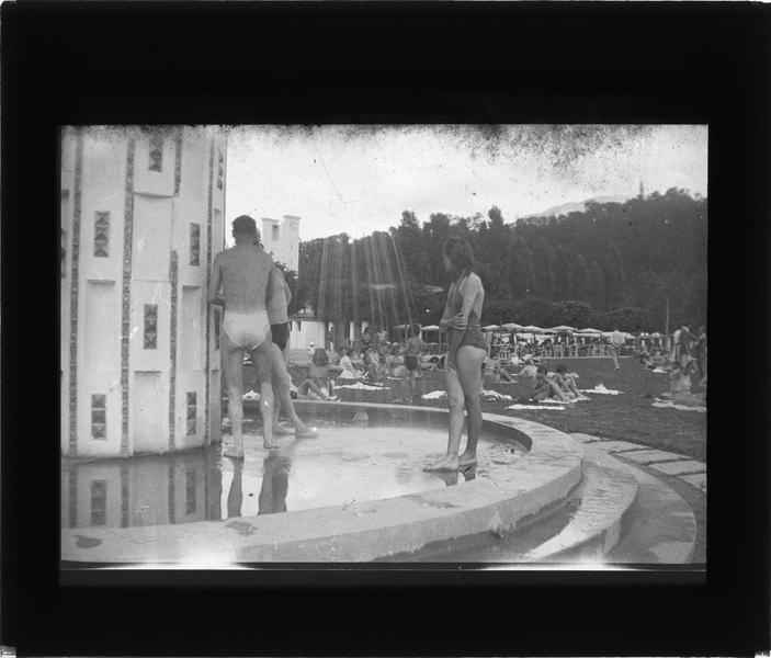 Douche sur la plage du lac du Bourget, vue animée