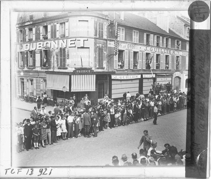 Défilé de la Libération : foule formant une haie sur les trottoirs