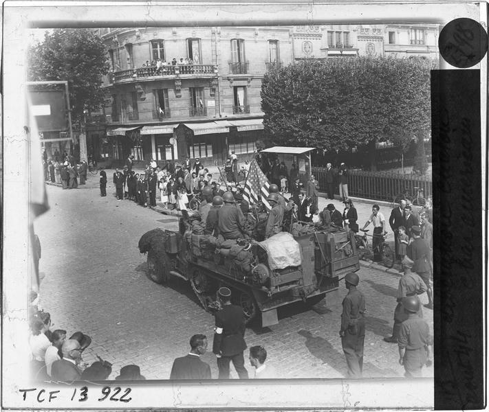 Défilé de la Libération : passage d'un char américain