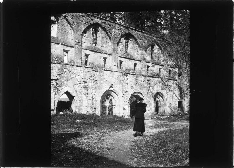 Eglise (ruines) et femme de dos