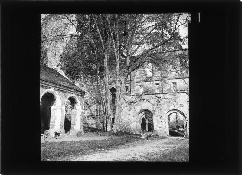 Eglise (ruines) et aile du cloître
