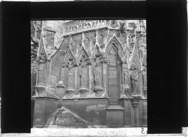 Angle sud-ouest, détail des sculptures