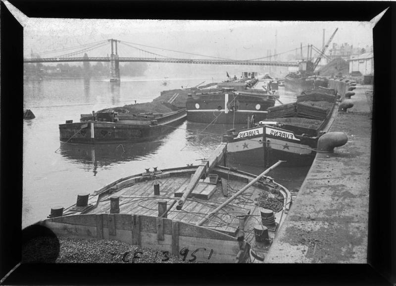 Pont sur la Seine et péniches à quai depuis le chemin de halage