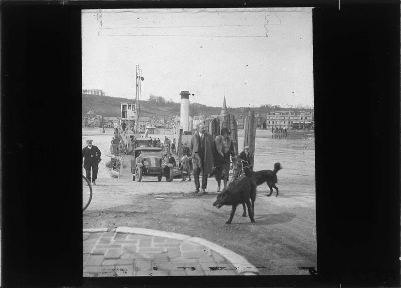 Descente du bac, vue animée et ville de Duclair en arrière-plan