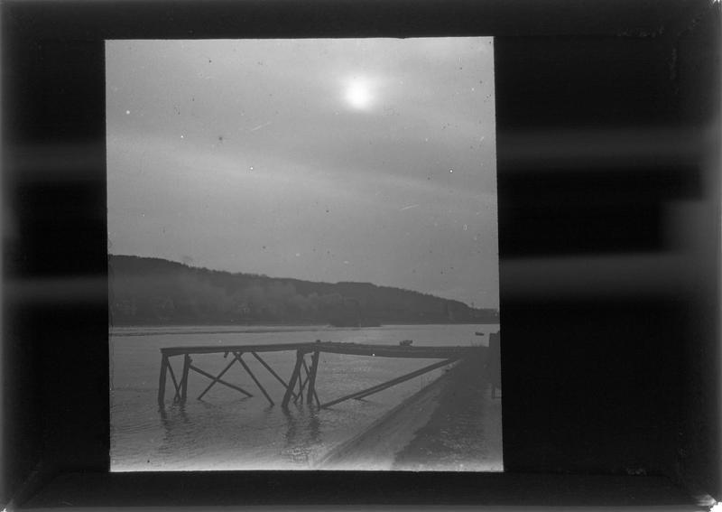 Bord de Seine et ponton en ruines, vue prise de nuit