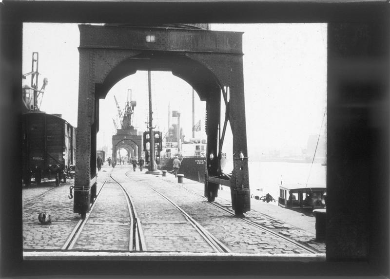 Grues et rails sur le quai, vue animée