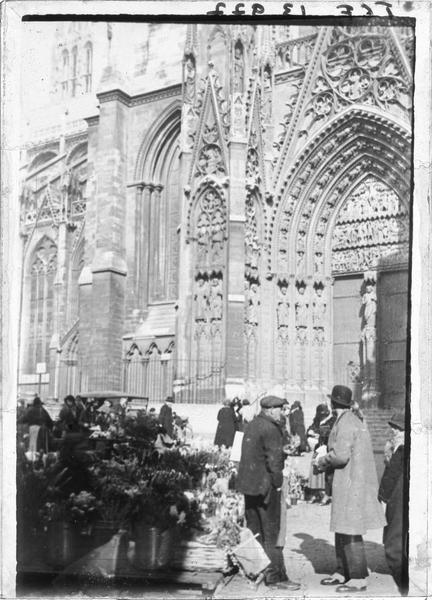 Façade sud, portail de la Calende et marché aux fleurs au premier plan
