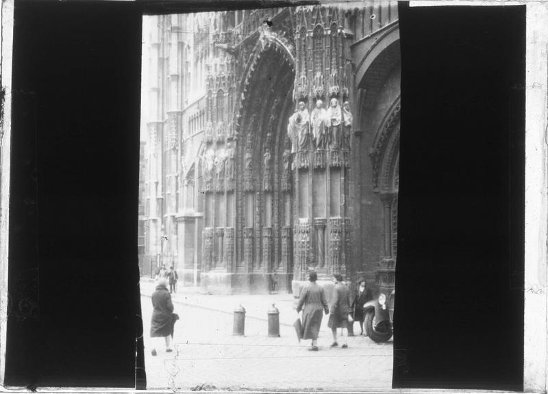 Façade ouest, portail central, angle sud sur place animée