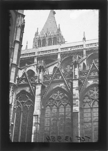 Façade sud, vue partielle des fenêtres hautes, arcs-boutants et tour Saint-Romain en arrière-plan