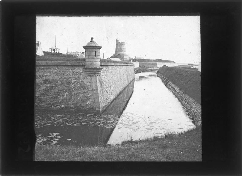 Remparts du fort et tour Vauban en arrière-plan