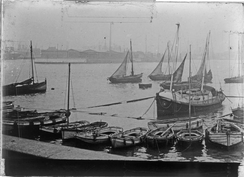 Bateaux de pêche et des sauveteurs en mer dans l'anse des Pilotes