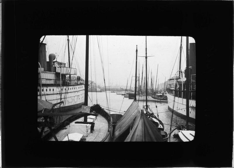 Bateaux et barques à quai
