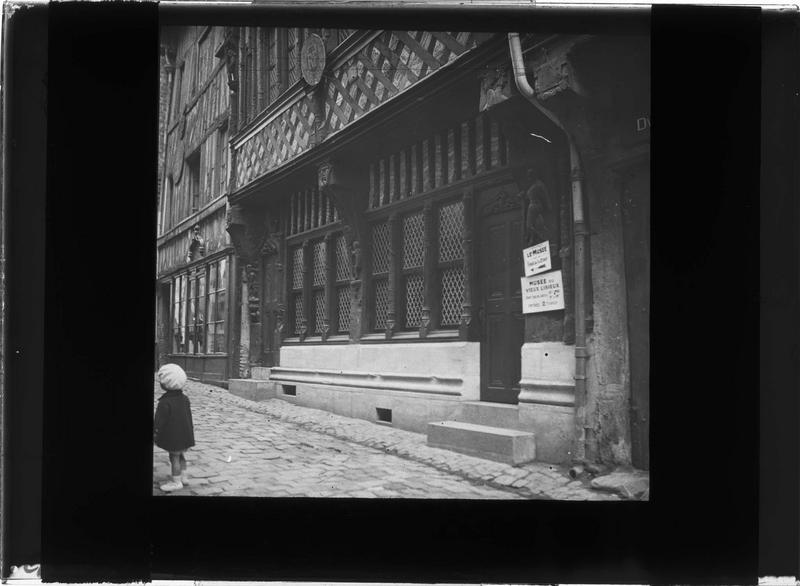 Façade à colombages sur rue (bombardé le 6 juin 1944)