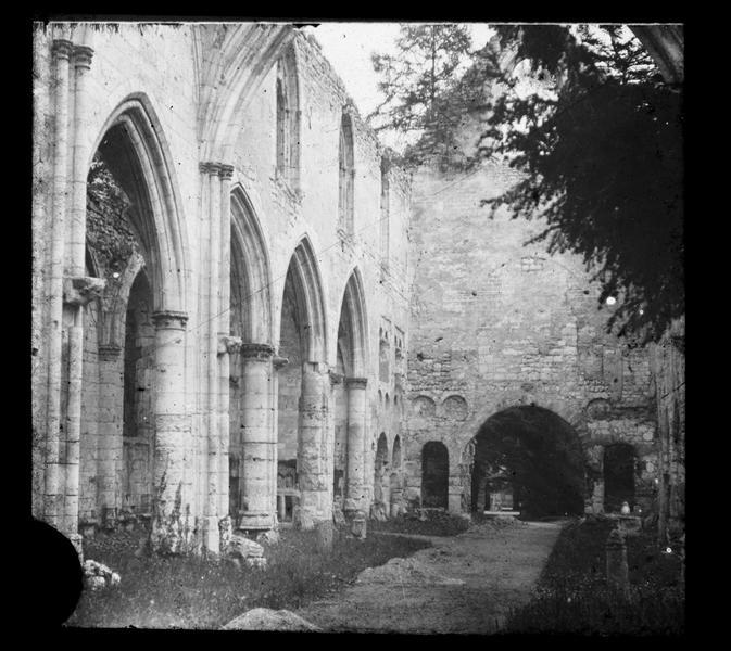Eglise, intérieur : nef vers l'entrée (ruines)