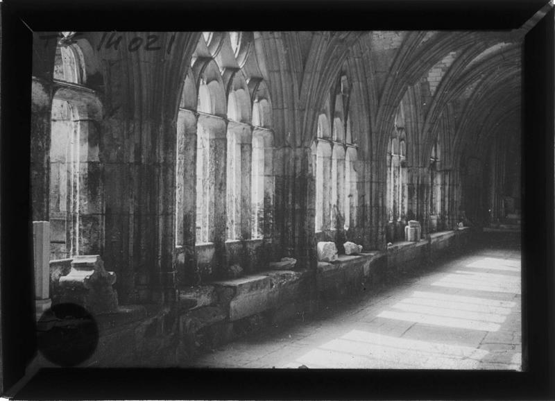 Intérieur : galerie du cloître (dépôt lapidaire)