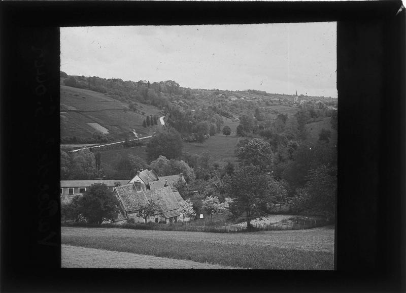 Maisons sur la route du Moulin et village en arrière-plan