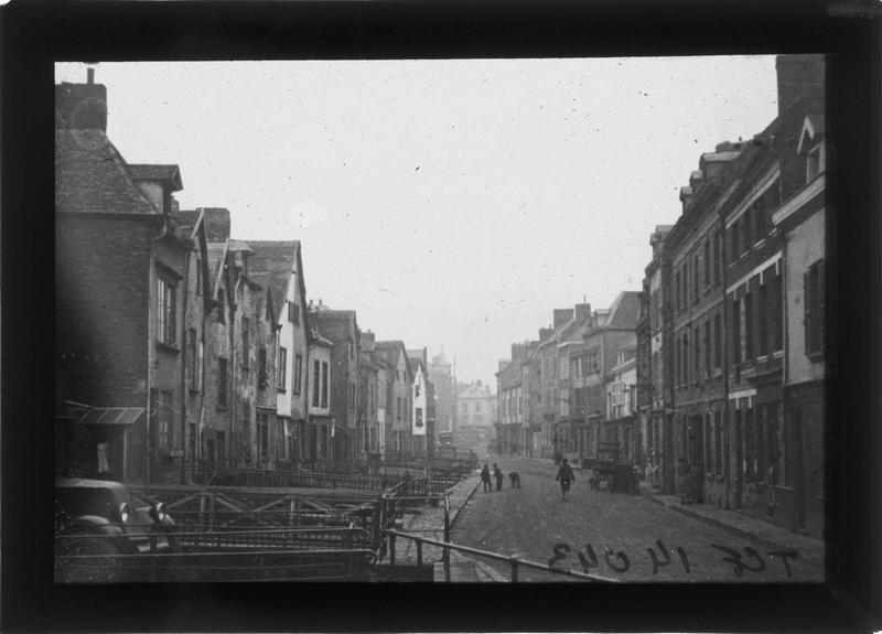 Façades et passerelles enjambant un bras du canal sur rue animée