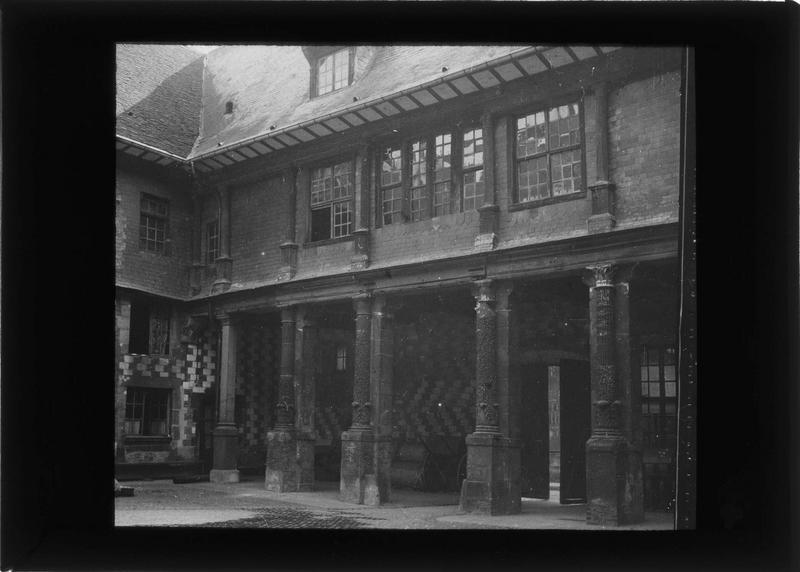 Façade ouest avec galerie à colonnes corinthiennes sur cour intérieure