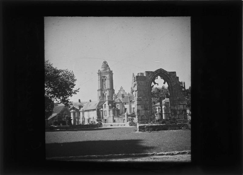 Vestige d'une fenêtre et clocher de l'église Saint-Pierre en arrière-plan