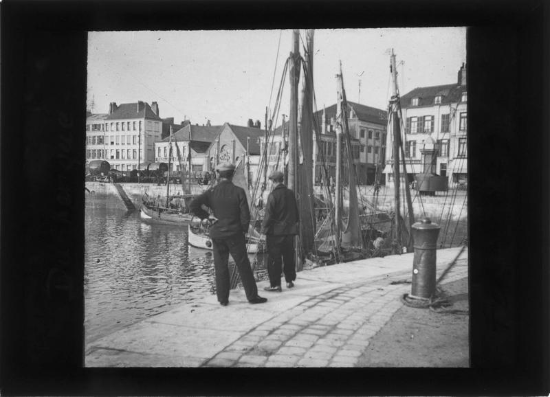 Façades sur quai des Américains, bateaux amarrés et deux hommes au premier plan