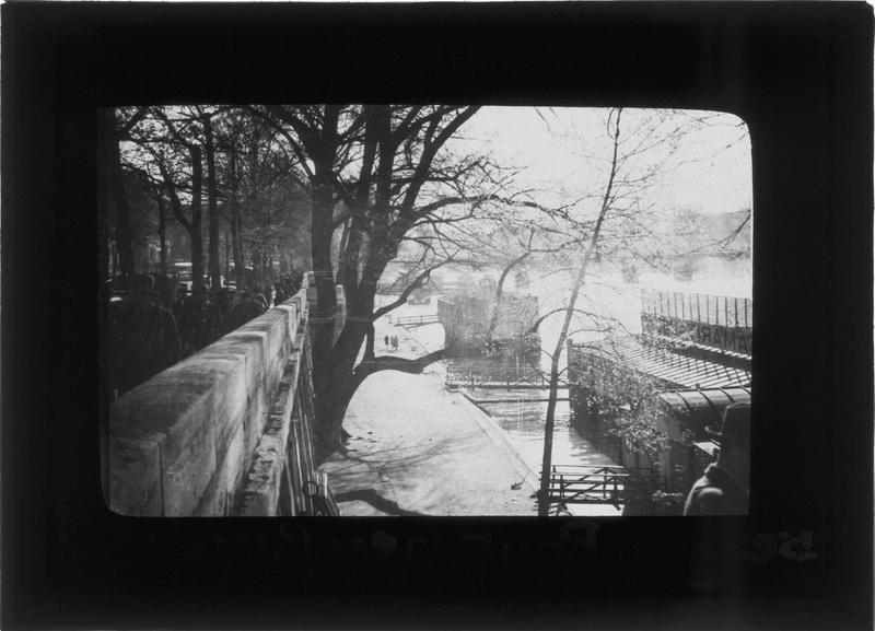 Berge de la Seine, embarcadères et piétons depuis le pont du Carrousel