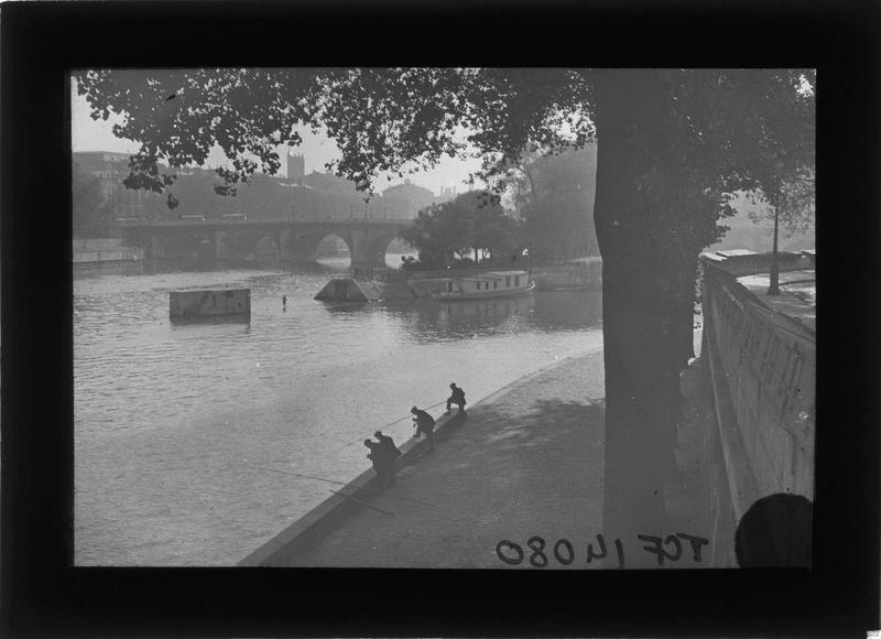 Pont sur la Seine et quai des Saints-Pères avec pêcheurs depuis le quai Conti