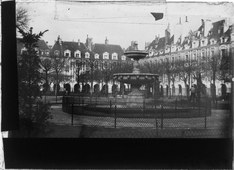 Fontaine dans le square et maisons en arrière-plan