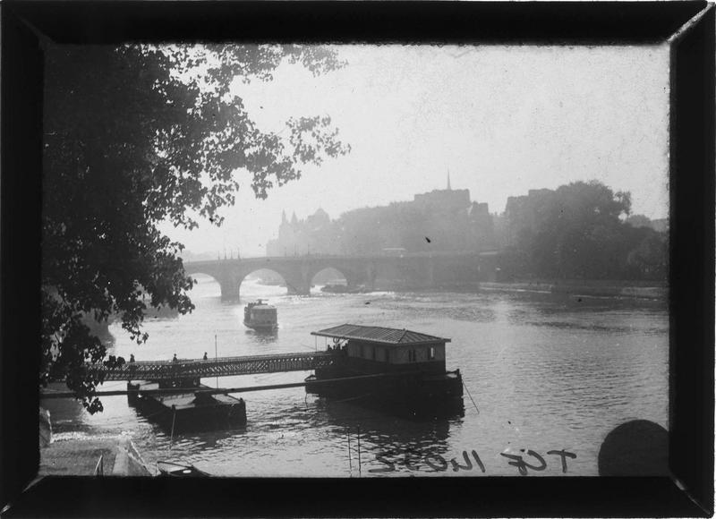 Pont sur la Seine et embarcadère depuis le quai François-Mitterrand
