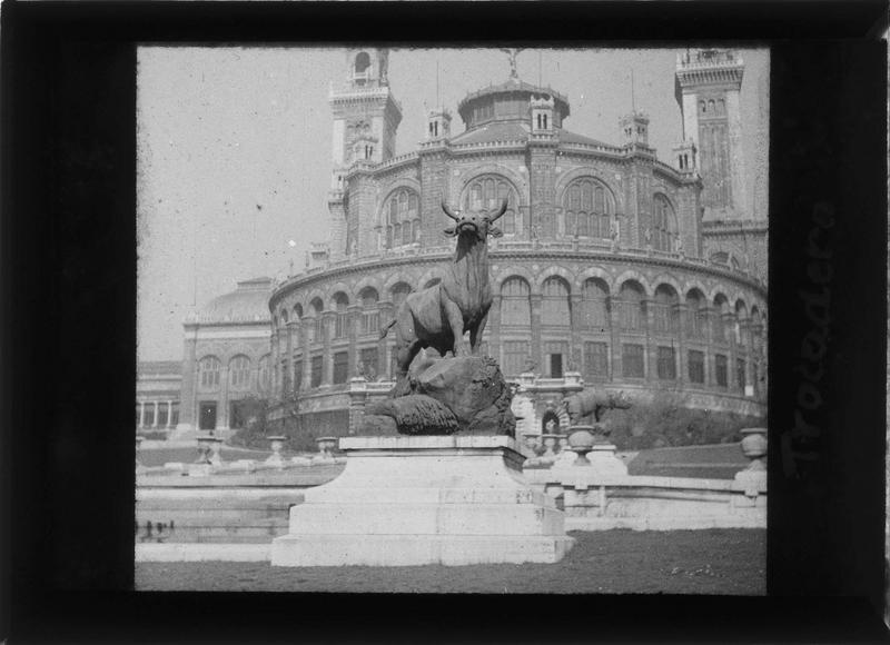 Statue du Boeuf et façade sud du palais en arrière-plan (statue offerte à la ville de Nîmes en 1937)